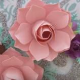 Ako vyrobiť efektné dekoračné kvety z papiera?